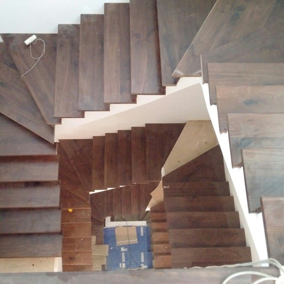 Cầu thang gỗ óc chó tự nhiên